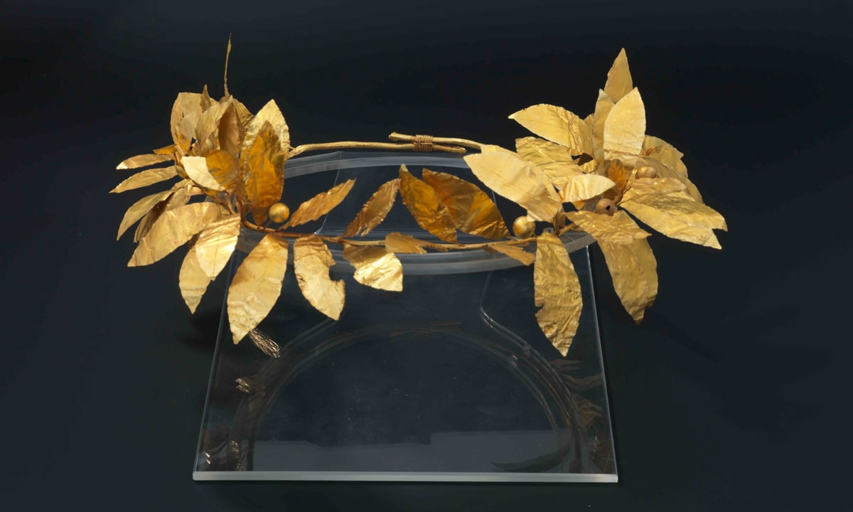 Golden ivy wreath featured